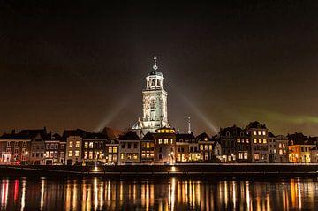 Deventer bij nacht over de Ijssel met de Lebuinuskerk van Robert de Jong