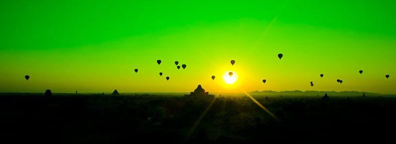 Luchtballonen zonsopgang Bagan Myanmar van Wijnand Plekker