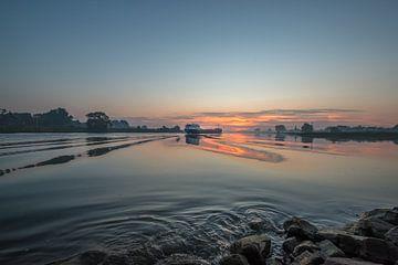 Binnenvaartschip op de Lek bij Ravenswaaij tijdens prachtige zonsopkomst van Moetwil en van Dijk - Fotografie