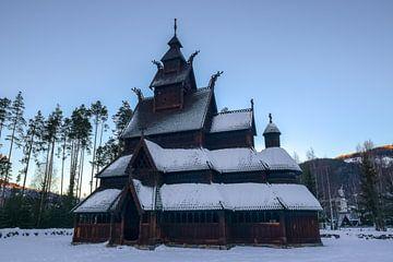 Norwegische Kirche im Schnee von Sander Hekkema