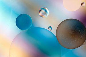 Druppels olie op water