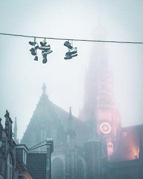 Turnschuhe an der Schlange vor der Grossen Kirche von Mick van Hesteren