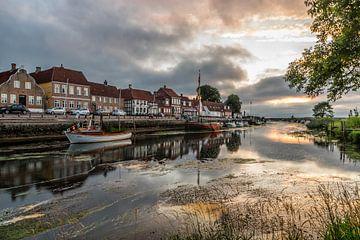 Zonsondergang met dreigende lucht in Ribe, Denemarken van Gijs Rijsdijk