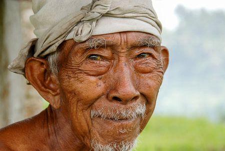 portret oude man, Bali, Indonesie van Jan Fritz