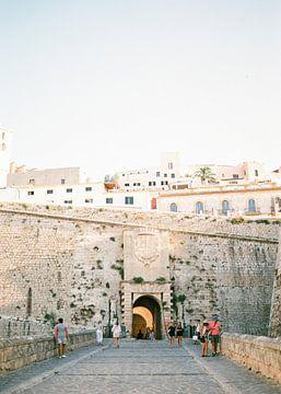 Ibiza stad toegangspoort | Analoge reisfotografie op print | Moderne muurkunst gemaakt in Ibiza, Spa van Raisa Zwart