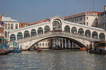 Le pont du Rialto au centre de la vieille ville de Venise, en Italie. sur Joost Adriaanse