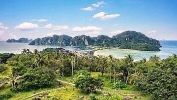 Uitzicht over het eiland Phi Phi in Thailand van Bernd Hartner