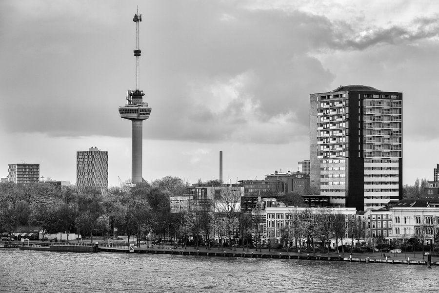 Foto van de Euromast in zwart-wit van Mark De Rooij