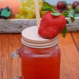 Limonade tonique aux fraises et au genièvre dans un verre sur Babetts Bildergalerie