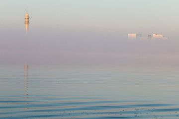 De toren in mist van