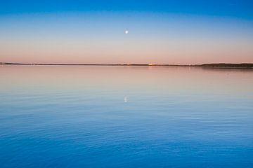 Le lac turquoise à l'aube. Le bleu lisse et le lac turquoise font surface à l'aube, le rouge et l'or sur Michael Semenov