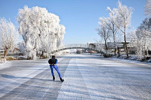Eenzame schaatser op het platteland in Nederland van