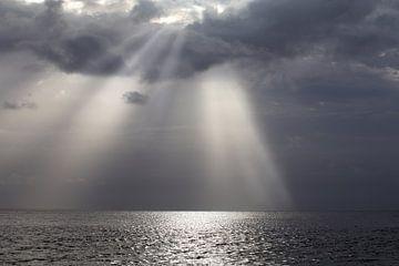 Zonnestralen boven de Atlantische Oceaan van rene marcel originals