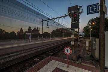 """Opgelet spoor 2 """"Doorrijdende trein"""". van Paul De Kinder"""