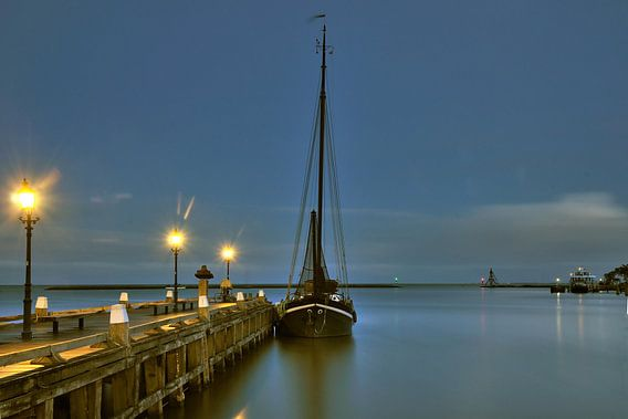 Hoorn boot aan steiger bij nacht