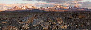 Panorama - Dunkle Steinlandschaft Bergkette im Abendlicht