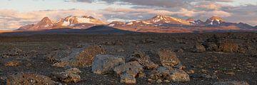 Panorama - Dunkle Steinlandschaft Bergkette im Abendlicht von Ralf Lehmann