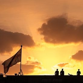 Ceremonie op een marineschip bij zonsondergang van Mark Scheper