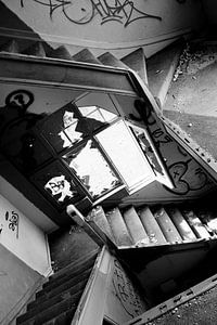 Eine verlorene Treppe in einem verlassenen Haus