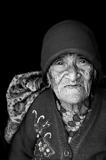 portret oude vrouw nepal van rene schuiling