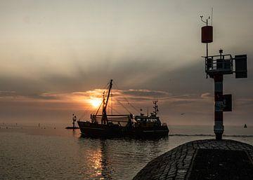 Kotter loopt haven van West Terschelling binnen