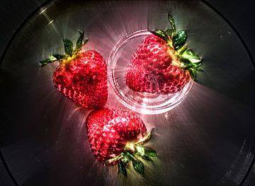 Erdbeeren die von hell leuchtenden Kirlian Feldlinien umrahmt werden