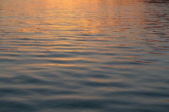 Licht opkomende zon in Kinderdijk van Ronald Jansen