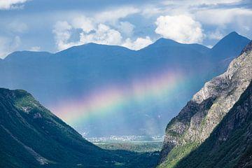Landschaft mit Berge und Regenbogen von Rico Ködder