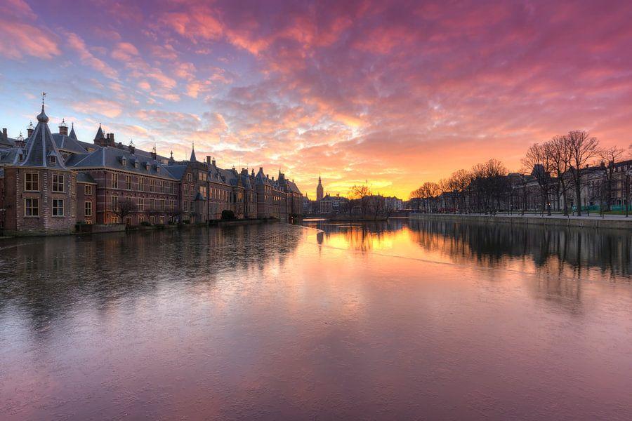 Prachtige winterse zonsonergang bij het Binnenhof Den Haag van Rob Kints