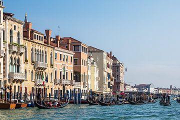 Uitzicht op het Grote Kanaal met gondels in Venetië van Rico Ködder