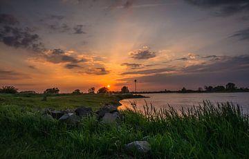 zonsondergang langs de IJssel van Michel Knikker