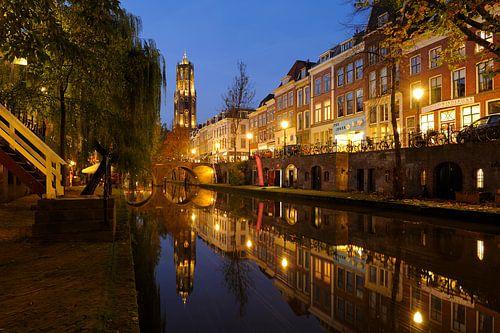 Oudegracht in Utrecht tussen Hamburgerbrug en Weesbrug met Domtoren van