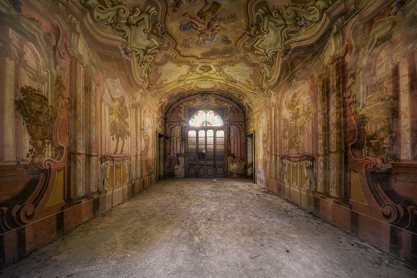 Verlaten plek - imposante villa van Carina Buchspies