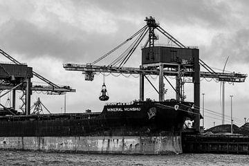 Schiffe im Hafen in schwarz und weiß. von scheepskijkerhavenfotografie