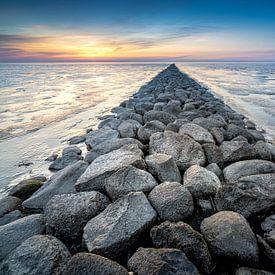 Stenen pier op drooggevallen waddenzee van Fotografiecor .nl