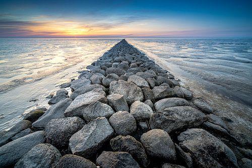 Stenen pier op drooggevallen waddenzee
