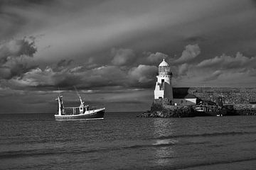 Schwarz und weiß: Fischerboot und Leuchtturm. von Jim Allen