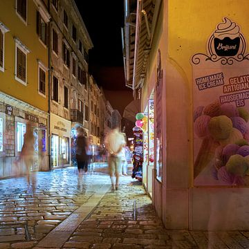 historisch steegje in de oude stad van Porec in Kroatië bij avond