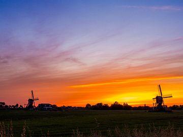 zwei Windmühlen bei Sonnenaufgang in den Niederlanden. von Ruurd Dankloff