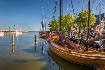 Zeesenboot im Boddenhafen von Althagen von Christian Müringer