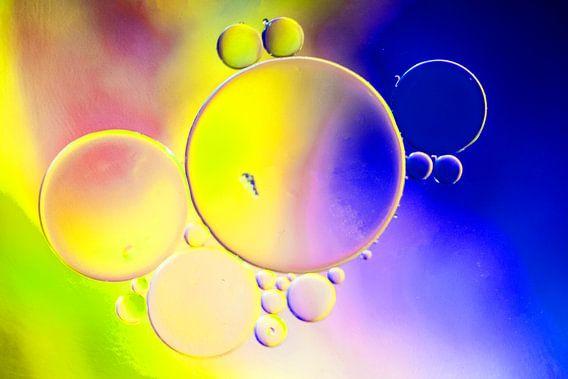 Olie op water, gekleurde ondergrond
