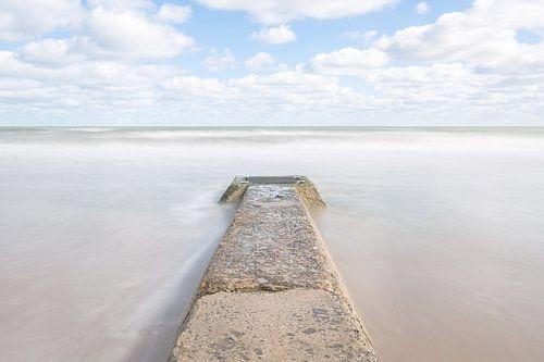 Zee en  pier van Omaha Beach Normandië  van