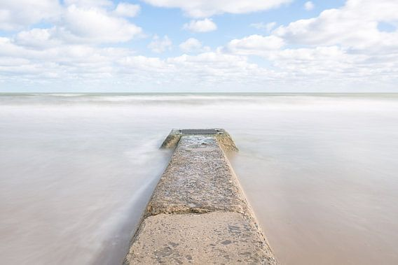 Zee en  pier van Omaha Beach Normandië  van Silvia Thiel