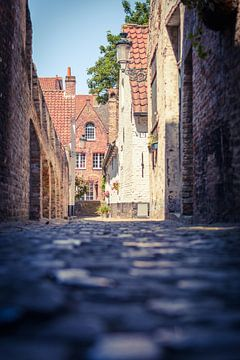 Een steegje in het Belgische Brugge van Michel Geluk
