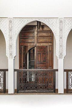 Traditionelle Holztür im traditionellen Riad in Marrakesch, Marokko von Henrike Schenk