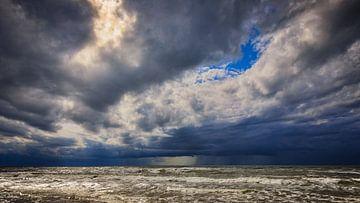 Opkomende storm boven de Noordzee van eric van der eijk