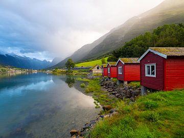 Rode blokhut aan de fjord in Olden, Noorwegen van Teun Janssen