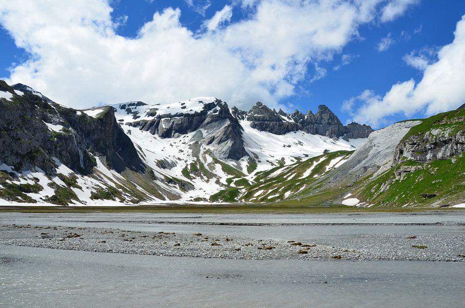 Smeltwater hoog in de Alpen