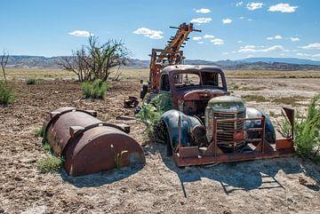 Alter Lastkraftwagen in der Wüste von Annette Schoof