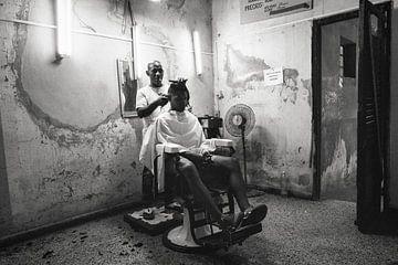 Kapper in Havana, Cuba van Hans Van Leeuwen